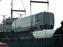 ヘッドマーク・鉄道デザイン博物館 -垂直に持ち上げられたE7系