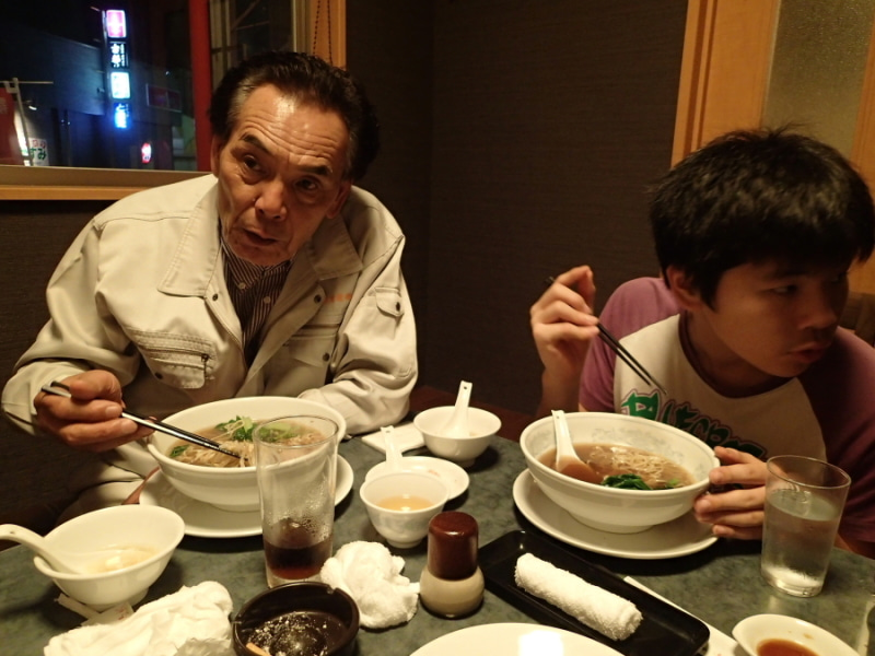 歩き人ふみの徒歩世界旅行 日本・台湾編-ラーメンを食う親子