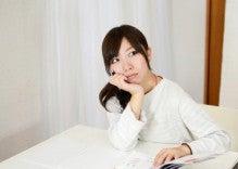 $福岡パソコンスクールからのお知らせ-勉強する女性