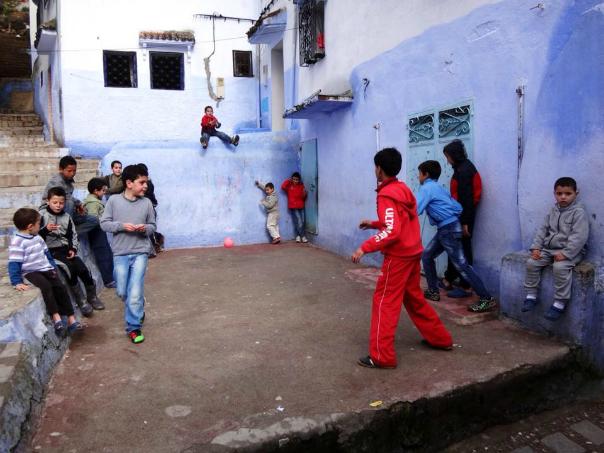 モロッコ シャウエンの広場でサッカーをする子供達