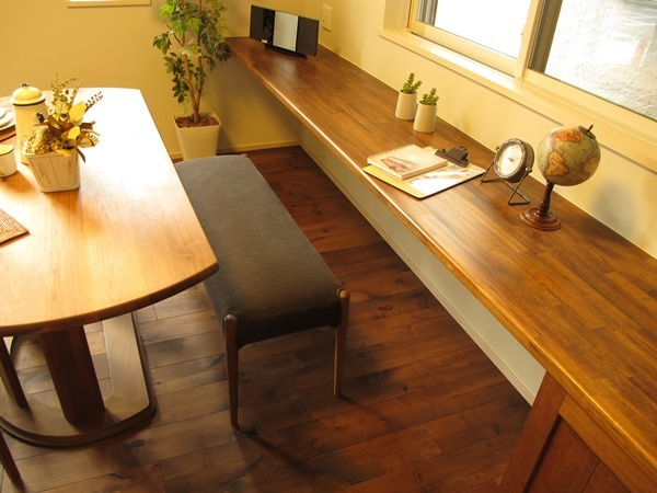 家具なび-半円形のテーブルを有効に活用したLD空間