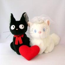 黒猫ジジと白猫リリーのウェルカムキャット