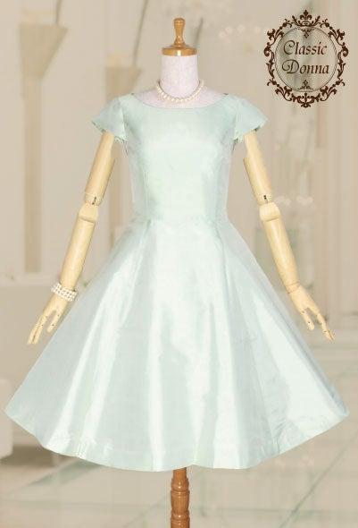 3004dc9f281 しかも、キャップスリーブ付きですから、このドレス一枚で大活躍です。