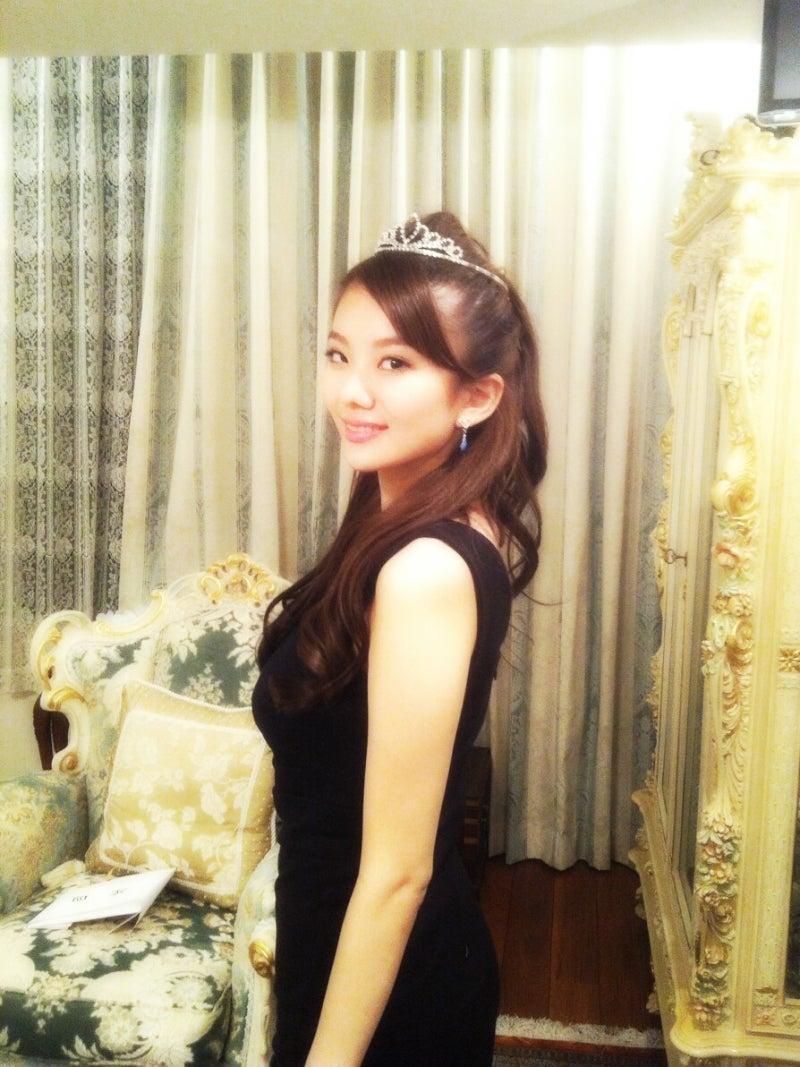 黒い服を着て頭に綺麗なティアラを飾る伊東紗治子