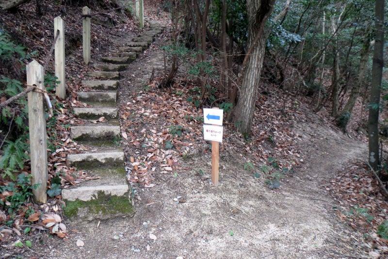 馬ヶ岳城/⑭東の峰の下で登城路に合流