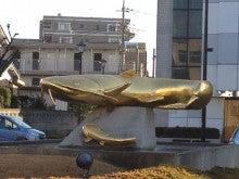 吉川駅前のナマズのオブジェ