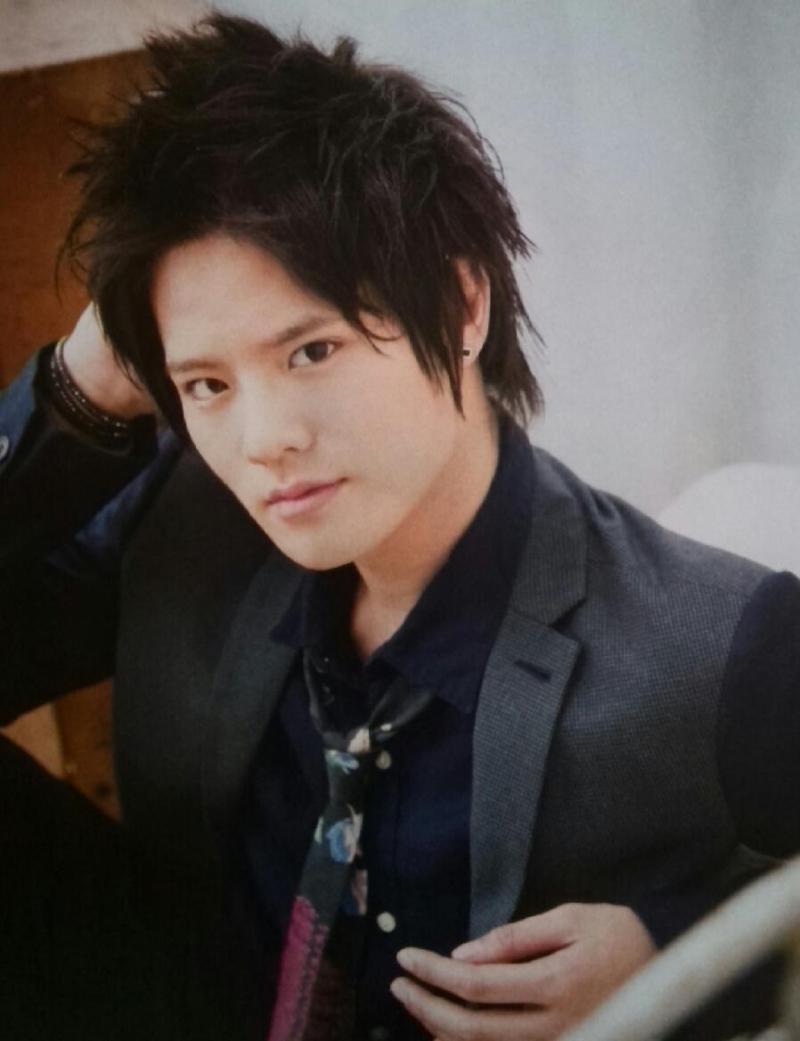 黒スーツを着る岡本圭人