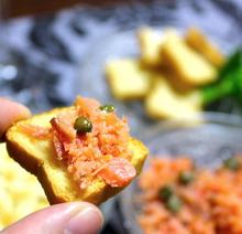 サーモンカナッペのピート燻製