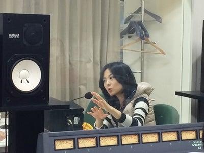 ラジオの収録をする真剣な顔の井森美幸