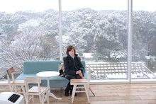 スタジオ4Fからの雪景色を背景に