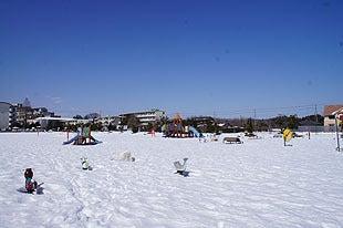 雪一色の遊具広場