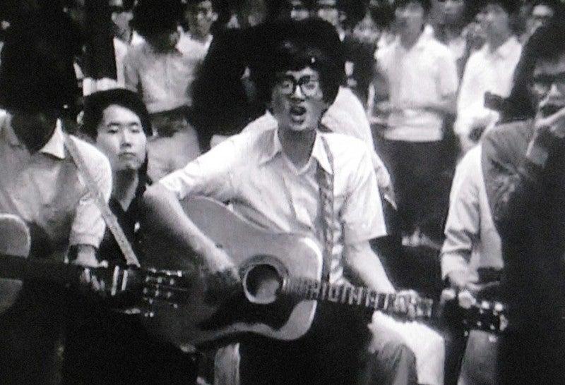 新宿西口フォークゲリラ集会で歌う中川五郎