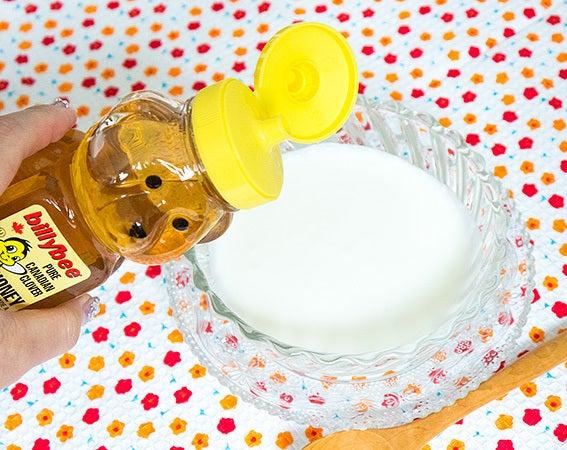 カスピ海ヨーグルトにハチミツをかける