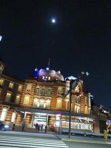 夜の東京駅と月