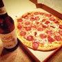 ビールとピザで祝いま…