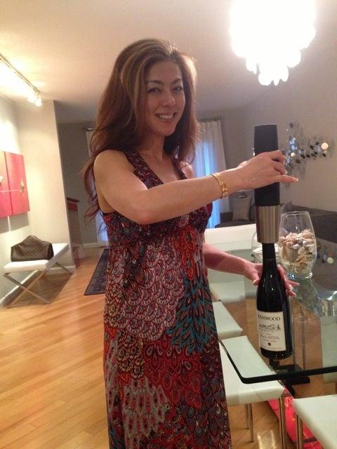 自宅にてワインの準備をする武田久美子
