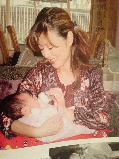 生まれたばかりの我が子にミルクを上げる武田久美子