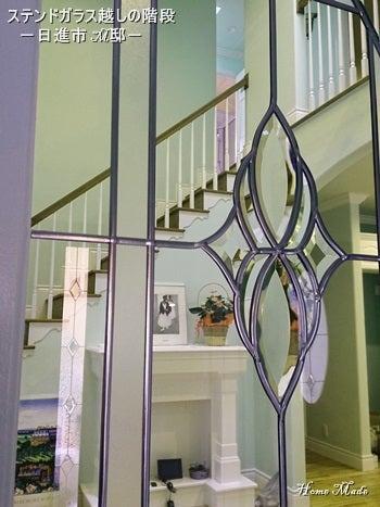 ステンドガラス越しのリビング階段