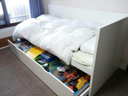 イケアのスライドベッドの下段をおもちゃの収納に使っているという写真