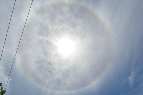 太陽取り巻く 虹色の輪 日暈
