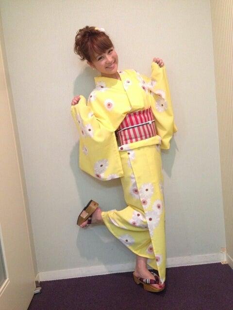 黄色い浴衣の鈴木奈々