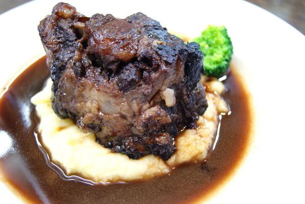 和牛テール肉の赤ワイン煮込み