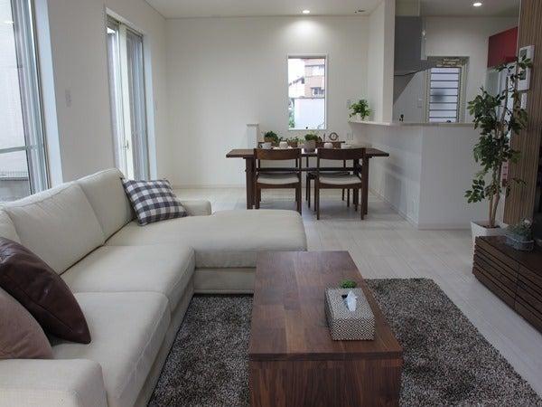 ホワイト色の床にウォールナット材の家具を提案