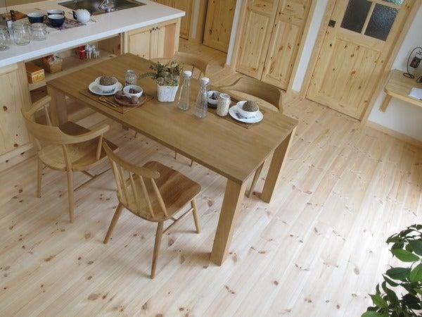 パイン材の床にナラ・オーク無垢材の家具でコーデ