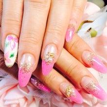 ピンクのグラデーションスカルプにラメグラに花柄のフラットアートのワンポイント
