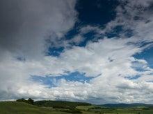 青空と平原、丘