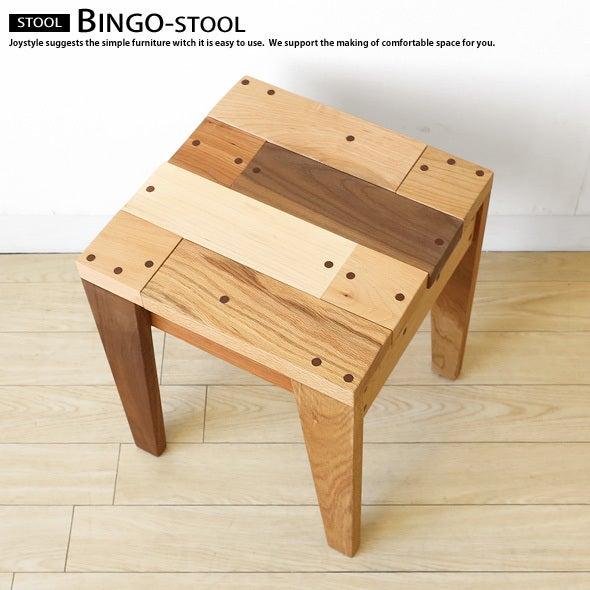 ソファ横にサイドテーブルを置きおむつやを収納