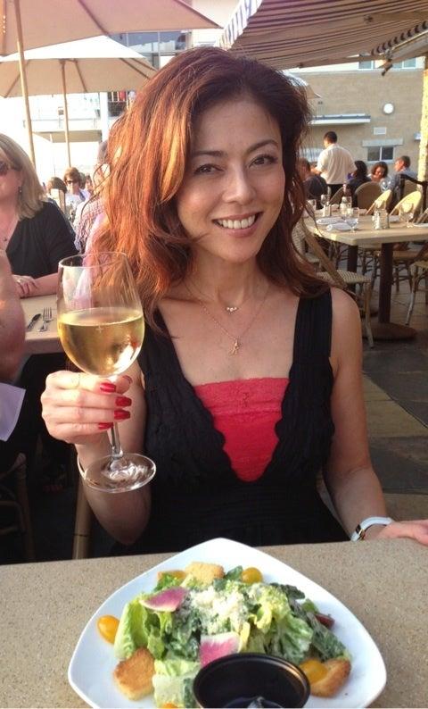 ワインを片手にランチを楽しむ武田久美子
