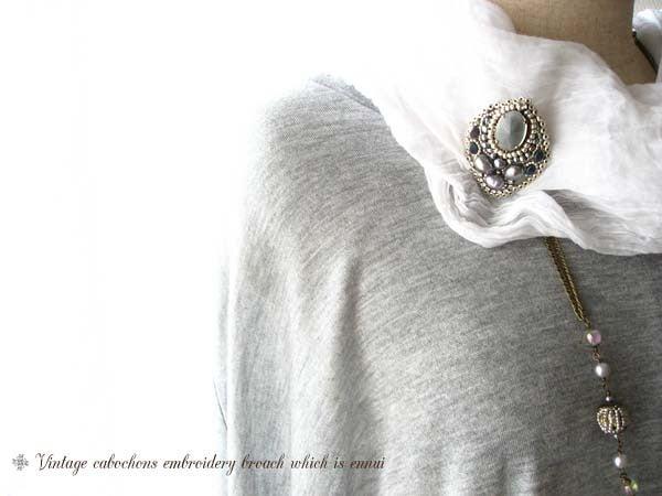 ビンテージスタイルの刺繍ブローチ
