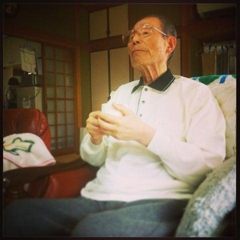 おやつを終えてご満悦の祖父