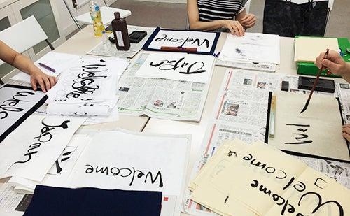 筆文字で英語の書き方を練習をする生徒