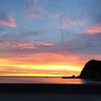 伊根の釣り場で朝焼けの画像を撮影