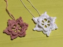 花びらを重ねて編むバラ