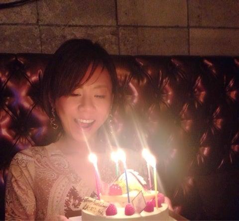 ケーキの前で笑顔の高橋真麻