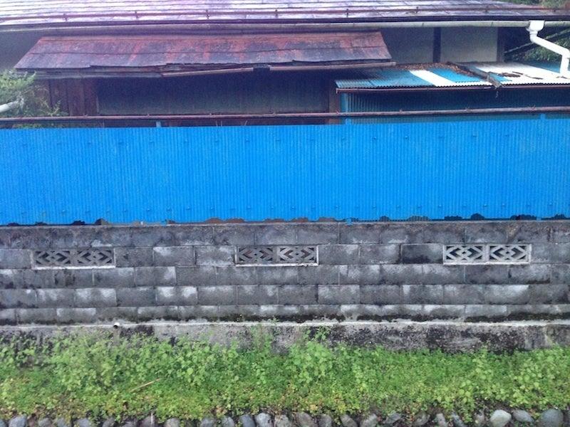 欠けた青い壁