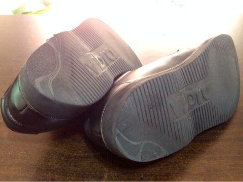 カカト部分の減り過ぎてる分、高さもどしてから、靴底の表面のスポンジ材を張り替えます。