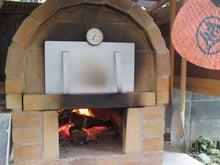 ピザを焼く石窯のスチール製の蓋