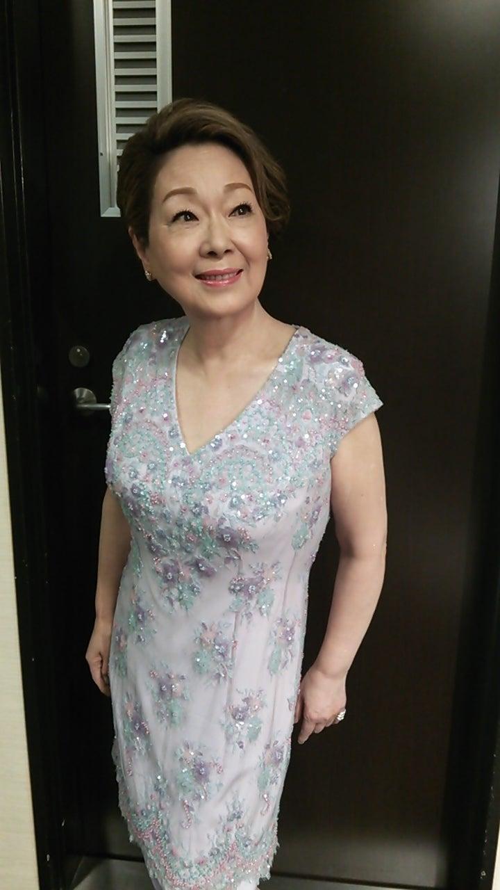 由紀さおりドレスの画像