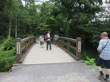 橋を渡って村へ