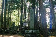 吉継墓地正面