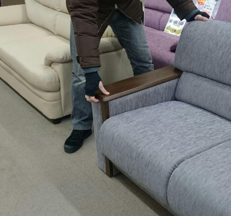木肘のソファーも肘を持たないでね!