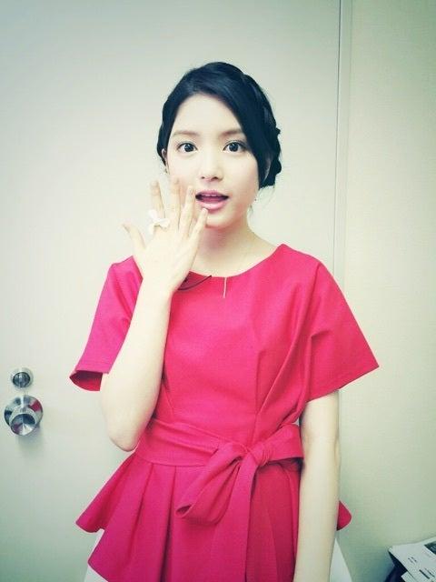 赤のドレスアップした川島海荷