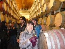 ワインの樽に囲まれテースティング