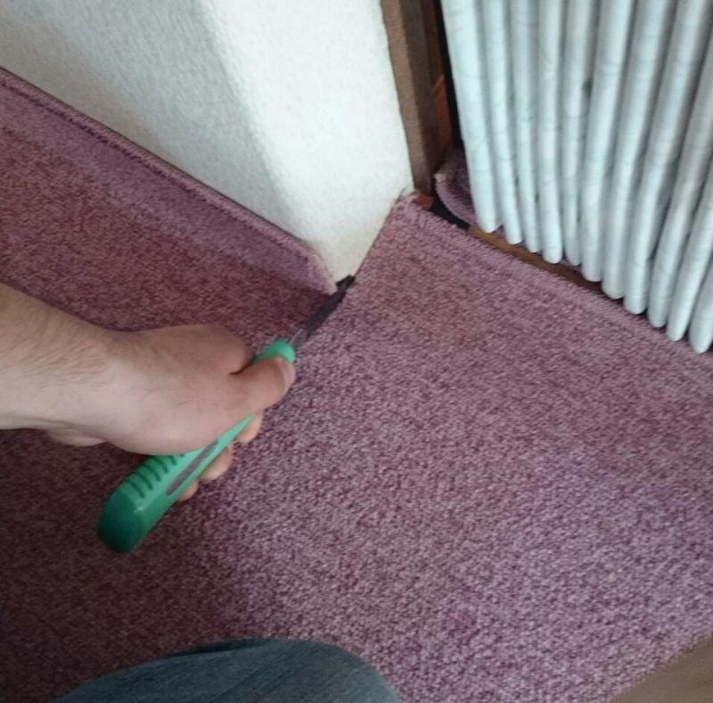 壁を利用しながらカーペットを切ります