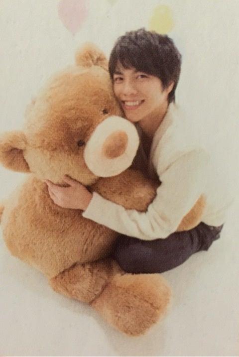 クマのぬいぐるみを抱いて笑顔のファンシーな重岡大毅