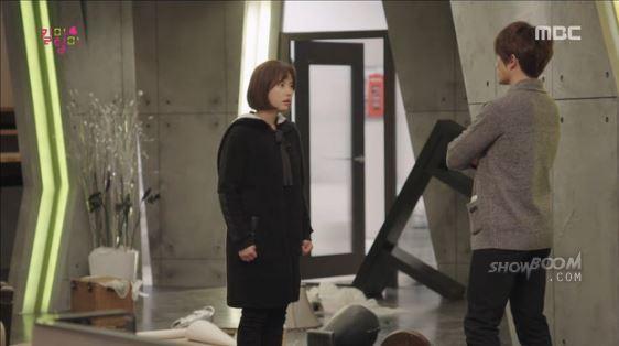 荒らされた部屋の中に驚き、シン君私は忙しいのよ何の用?チャ君か シン君か選べって言う事、それとも永遠に眠らせろって言う事かと